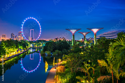 Photo Stands Singapore Twilight Gardens by the bay and Sigapore flyer, Travel landmark of Singapore