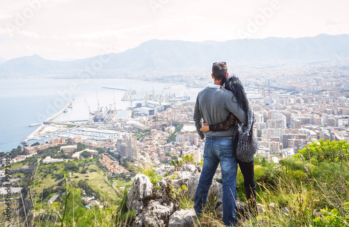 La pose en embrasure Palerme Couple holding each other, enjoying view above city of Palermo on top of Mount Pellegrino, Palermo, Sicily, Italy