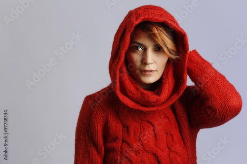 Cappuccio Bellissima Ragazza Maglione Con Indossa Buy This Rosso rCxBodWe