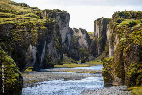 In de dag Grijze traf. Fjadrargljufur canyon with river, Iceland