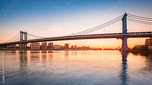 Montage in der Fensternische Brooklyn Bridge Manhattan Bridge at sunrise, viewed from Brooklyn Bridge park