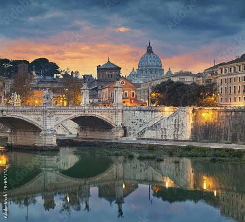rzym-widok-vittorio-emanuele-most-i-st-peter-katedra-w-rzym-wlochy-podczas-zmierzchu