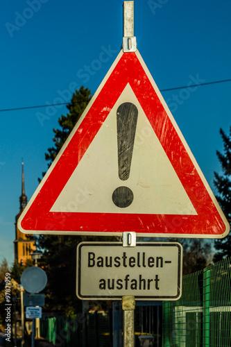 Spoed Fotobehang Onweer Achtung Baustellenausfahrt