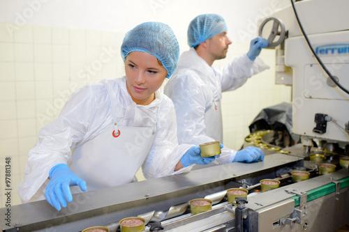 Fotografía  Los trabajadores en la línea de producción de alimentos