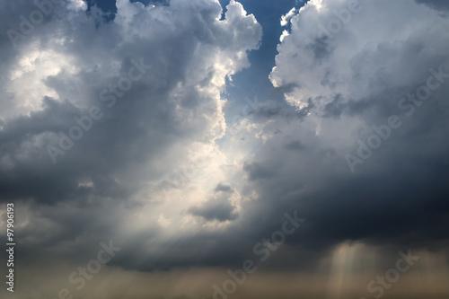 ciemne-niebo-z-czarnymi-chmurami