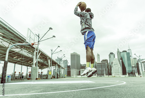 Photo  Basketball player training on New york pier 1 courts