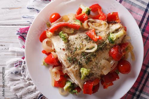 Fotografia baked flounder with vegetables closeup. Horizontal top view