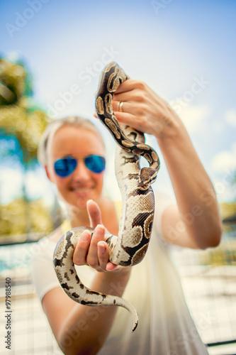 Fotografie, Obraz  Frau mit Python Schlange auf dem Arm