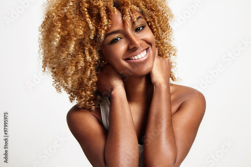 Young Black Woman With Blond Curly Hair Compre Esta Fotografia E