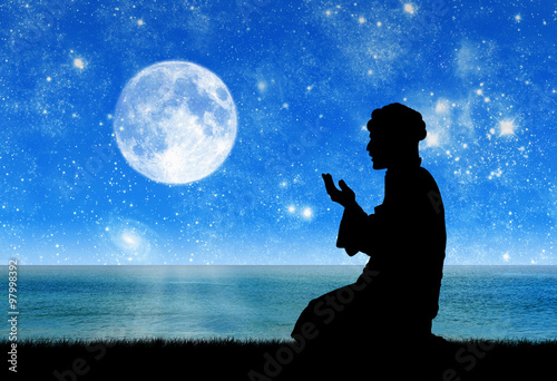 Photo  Silhouette of man praying