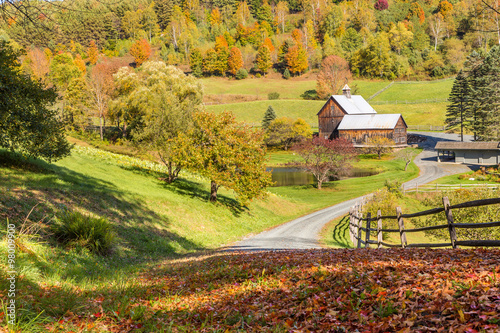 Pinturas sobre lienzo  Old barn in beautiful Vermont autumn landscape