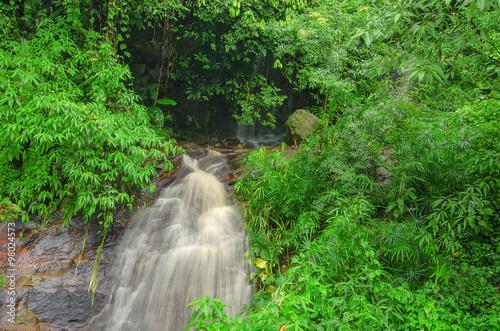 Foto  Wasserfall im Dschungel bei Chiang Rai, Thailand.