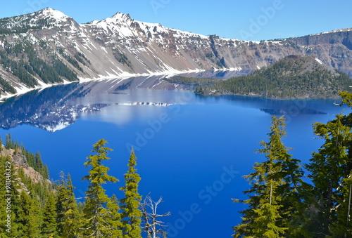 Foto op Plexiglas Landschappen Gorgeous Crater lake on a spring day, Oregon, USA