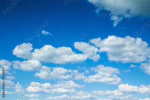 niebieskie-niebo-i-chmurki