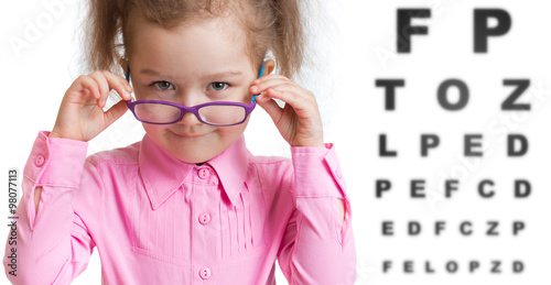 Fotografía  Funny kid putting on spectacles in ophthalmologist office