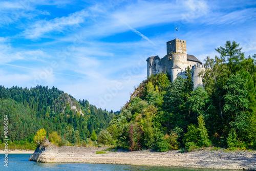 zamek-w-niedzicy-zamek-dunajec-w-pieninach-w-jasny-letni-dzien-polska