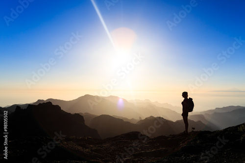 Fotografía  Woman hiking success silhouette in mountains sunset