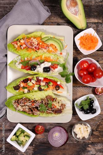 La pose en embrasure Nourriture lettuce wrap and ingredient