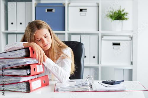 Fotografie, Obraz  Unavená žena spí v kanceláři