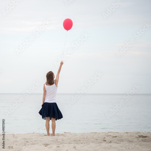 Photo  Happy girl holding air balloon
