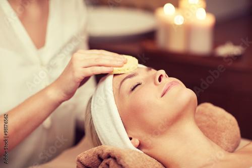 bliska-kobiety-o-twarzy-czyszczenia-w-spa