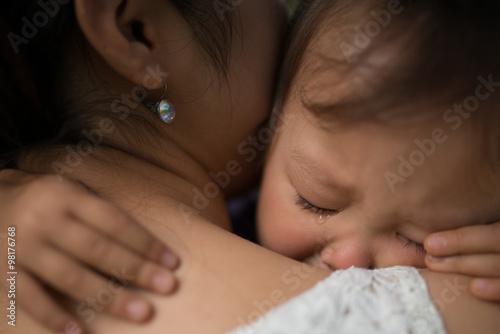 Fotografía  泣いてしまった子供と慰める母親