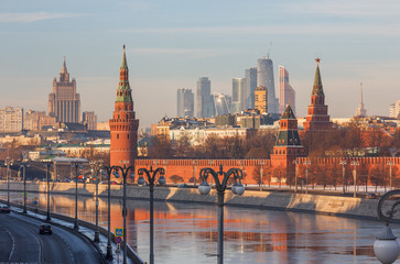 Fototapeta Moskwa Moscow winter morning. View from Moscow River bridge on the river and the Kremlin, in the direction of high-rise buildings Ministry of Foreign Affairs and skyscrapers of Moscow-City