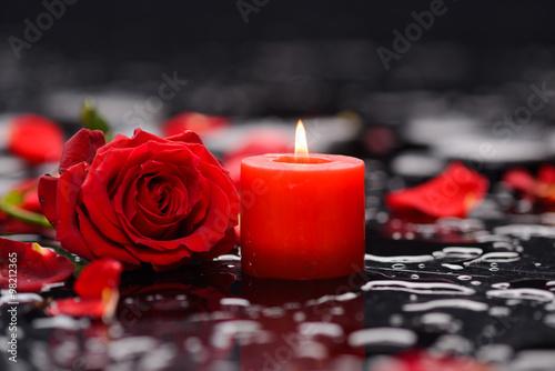 Obraz na plátně  Červená růže, okvětní lístky se svíčkou a terapie kameny