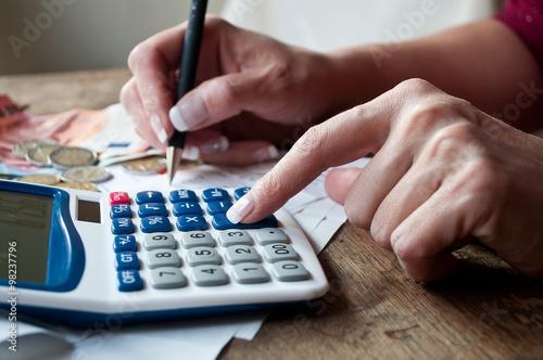 Photo détail main de femme et calculatrice