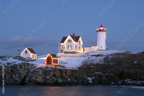 Tuinposter Vuurtoren Holiday Lights at Cape Neddeck (Nubble) Lighthouse in Maine