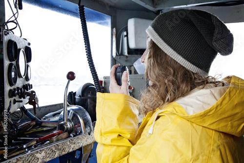 Foto  comandante di imbarcazione parla alla radio