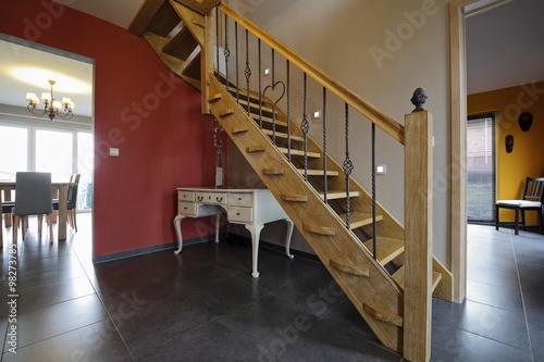 escalier moderne tournant en bois de chêne massif et fer ...