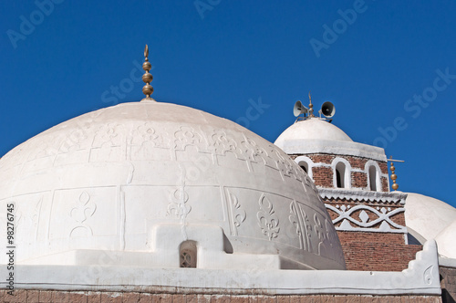 Fényképezés  Una moschea bianca nella città vecchia di Sana'a, minareto, altoparlante, cupola