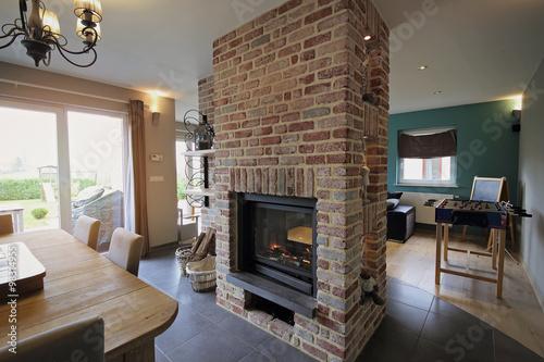 Fotografía intérieur maison salon avec insert feu central double face