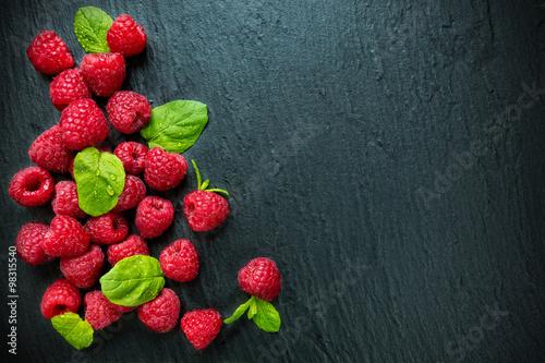 Cuadros en Lienzo Heap of raspberry on stone