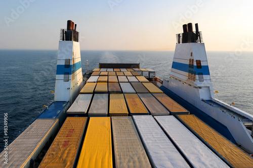 Carta da parati Cargo ferry for transport trucks