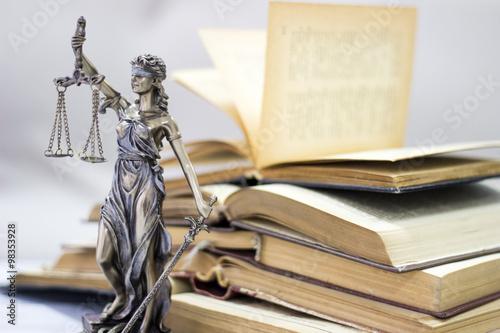 Fotografía  Ley concepto, estatua y libros