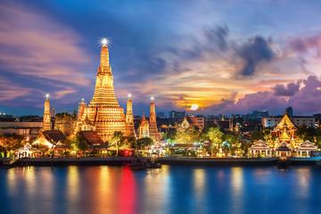 Hram noćnog pogleda Wat Arun u Bangkoku na Tajlandu ..