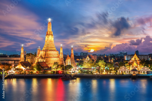 Photo Stands Bangkok Wat Arun night view Temple in bangkok, Thailand..