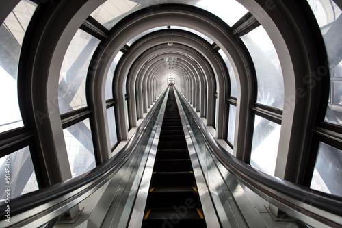 schody-ruchome-w-nowoczesnym-budynku