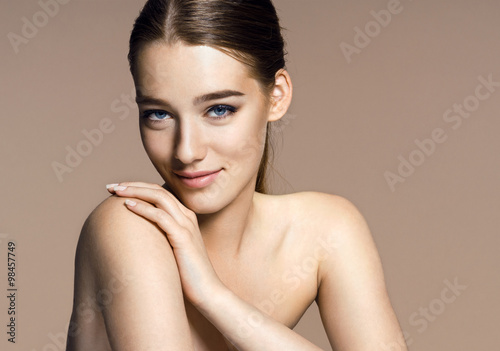 Fotografía  Beautiful girl with beautiful makeup, youth and skin care concept / photo-compos