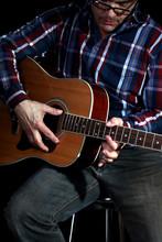 Mann Spielt Gitarre,schwarzer Hintergrund