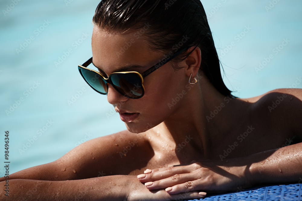 Fototapety, obrazy: Portrait of a beautiful sexy girl with sunglasses in the swimming pool