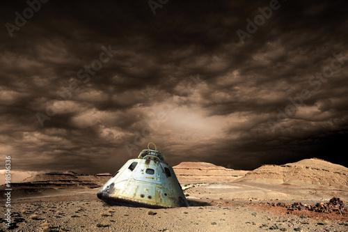 Fotografie, Obraz  Spálená plocha kapsle leží opuštěný na pustém světě