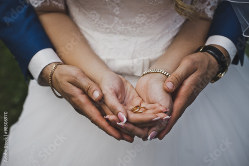 Fotografie, Obraz  The groom hugging the palm of the bride with rings 4815.