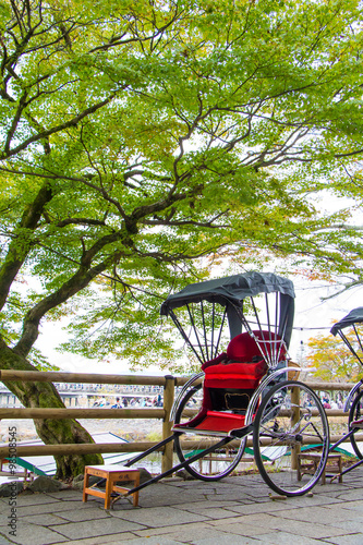Fotografia, Obraz  Pulled rickshaw with tree in Arashiyama