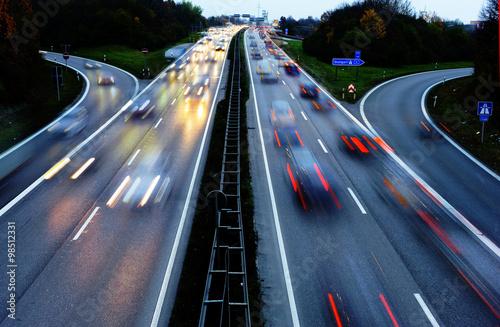 Fotografía  Autobahn bei Augsburg en Bayern bei Nacht mit der Lichtspuren Autos