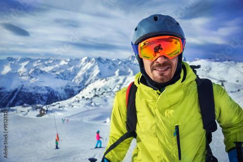 Fotografía  Skier man in winter mountains