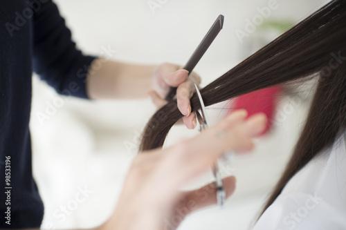 Fotografie, Obraz  Kadeřník nepohlídala dlouhou vlasy žen