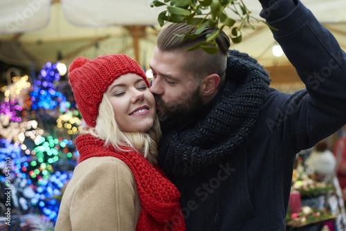 Fotografie, Obraz  Kissing under the mistletoe is a tradition